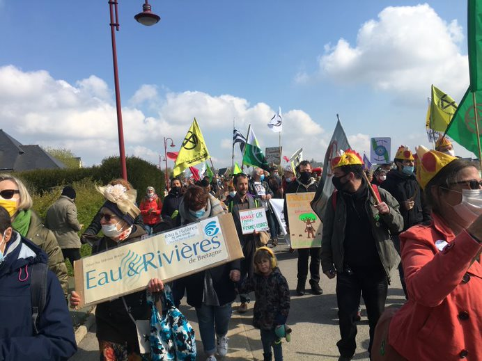 Saint-Gérand, un défilé en fanfare contre l'agro-business