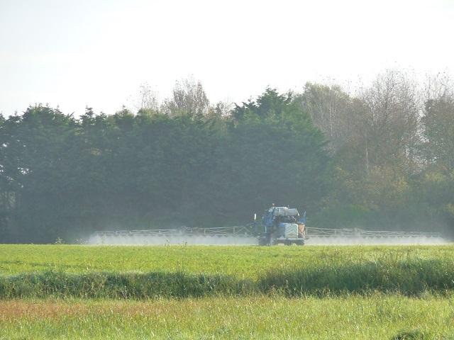 Épandage des pesticides à proximité des habitations : 9 ONG attaquent le décret et l'arrêté devant le Conseil d'État