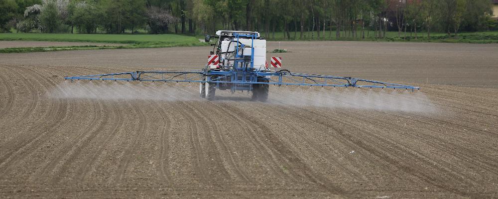 Distance de pulvérisation des pesticides réduites sans concertation, la double-peine pour les riverains